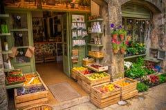Ett lokalt grönsaklager i mitten av Valldemossa, Mallorca Spanien royaltyfria bilder