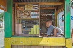 Ett lokalt malagasy behandla som ett barn är på gatastallen Arkivbilder