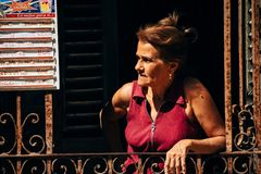 Ett lokalt står och väntar på kunder på en lokal restaurang i havannacigarren, Kuba royaltyfria bilder