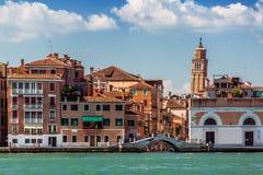 Ett lutande klockatorn i Venedig, Italien Royaltyfria Bilder