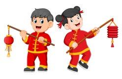 Ett lyckligt barnanseende och rymma en kinesisk pappers- lykta royaltyfri illustrationer