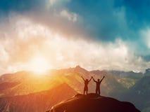 Ett lyckligt par som tillsammans står på ett berg Arkivfoton