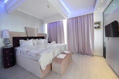 Ett lyxigt hotellrum Arkivfoto