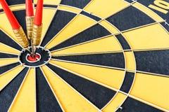 Ett mål med tre pilar som slår bullseyen Arkivfoto