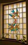 Ett målat glassfönster med fågeldesign Royaltyfri Bild