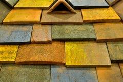 Ett mönstrat tak för konkret tegelplatta i olika färger Royaltyfri Foto