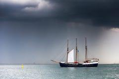 Ett mörker - den blåa fregatten med vit seglar Royaltyfria Bilder