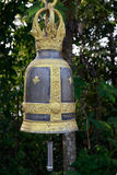 Ett mörker och en guld- klocka Royaltyfria Bilder