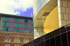 Ett möte av arkitektoniska byggnadsstilar Arkivfoton