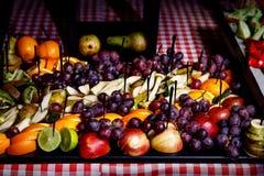Ett magasin av frukter p? att sk?ta om f?r h?ndelse royaltyfria bilder