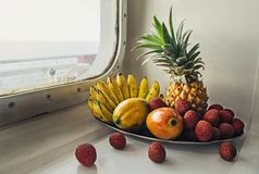 Ett magasin med tropiska frukter Arkivbilder
