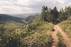 Ett mananseende på kanten av en klippa i Colorado royaltyfria bilder