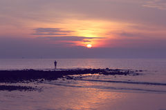 Ett manfiske under soluppgång Royaltyfri Foto