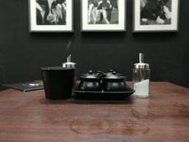 ett matbord med smaktillsatsuppsättningen Arkivfoton