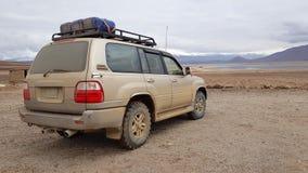 Ett medel 4x4 i högländerna av Bolivia arkivbild