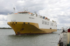 Ett medelbärareskepp kommande Southampton UK Fotografering för Bildbyråer