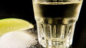 Ett misted exponeringsglas av tequila i fokus arkivbild