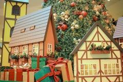 Ett model drev som långt gör som är dess runt om en julgran Arkivfoto