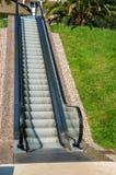 Ett modernt elektroniskt system av många som på utomhus flyttar rulltrappan på en sommardag royaltyfri bild
