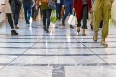Ett modernt golv med ben av en folkmassa i bakgrunden Royaltyfri Bild