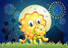 Ett monster som bär hennes barn på karnevalet Royaltyfri Fotografi