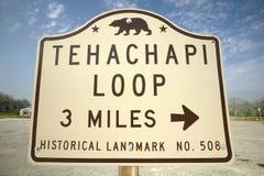 Ett monumenttecken från 1955 som visar den Tehachapi drevöglan nära Tehachapi Kalifornien, är det historiska läget av den sydliga Arkivbilder
