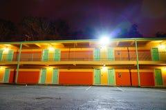 Ett motell på natten arkivbilder