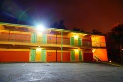 Ett motell på natten royaltyfri fotografi