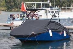 Ett motoriskt fartyg i fall att Royaltyfri Fotografi