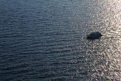 Ett motoriskt fartyg i havet Foto från en höjd arkivfoton