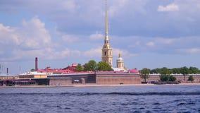 Ett motoriskt fartyg seglar längs Neva River lager videofilmer
