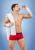 Ett muskulöst male dricksvatten från buteljerar royaltyfria foton