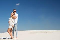 Ett mycket härligt barnpar står under en klar sol bland de vita sanderna Royaltyfri Fotografi