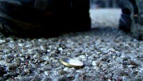 ett mynt på jordningen stock video