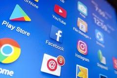 Ett närbildfoto av skärmen för Apple iPhonestart med symbolen för 'Facebook`-apps Royaltyfria Foton