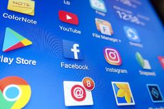 Ett närbildfoto av skärmen för Apple iPhonestart med symbolen för 'Facebook`-apps Royaltyfri Bild