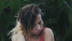 Ett närbildultrarapidskott, flickan vilar i hennes villa, kort mörkt lockigt hår som kastas till en sida, roterar hennes huvud arkivfilmer