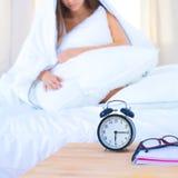 Ett nätt sammanträde för ung kvinna i säng under räkningen arkivbilder