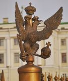 Ett nationellt emblem av Ryssland förlade i FN St Petersburg för den Dvortsovaya Ploschad slottfyrkanten arkivbild