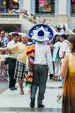 Ett nationellt hus för mexikan fläktar i Gostiny Dvor Beröm av dagen av dödaen En man i en sombrero royaltyfria foton