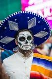 Ett nationellt hus för mexikan fläktar i Gostiny Dvor Beröm av dagen av dödaen En man i en sombrero som förställas som ett skelet royaltyfri fotografi