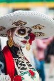 Ett nationellt hus för mexikan fläktar i Gostiny Dvor Beröm av dagen av dödaen Flicka som kläs som gudinnan av död royaltyfria foton