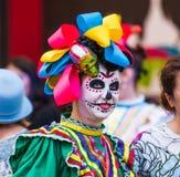 Ett nationellt hus för mexikan fläktar i Gostiny Dvor Beröm av dagen av dödaen Flicka som kläs som gudinnan av död arkivbilder