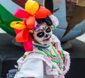 Ett nationellt hus för mexikan fläktar i Gostiny Dvor Beröm av dagen av dödaen Kvinnan klädde som gudinnan av dödperfoen arkivbilder