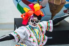 Ett nationellt hus för mexikan fläktar i Gostiny Dvor Beröm av dagen av dödaen Kvinnan klädde som gudinnan av dödperfoen arkivfoton
