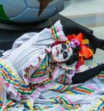 Ett nationellt hus för mexikan fläktar i Gostiny Dvor Beröm av dagen av dödaen Kvinnan klädde som gudinnan av dödperfoen royaltyfria bilder
