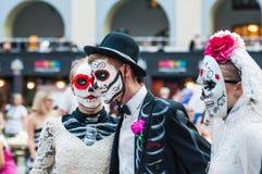 Ett nationellt hus för mexikan fläktar i Gostiny Dvor Beröm av dagen av dödaen Ungdomarsom förställas som skelett arkivbilder