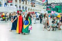 Ett nationellt hus för mexikan fläktar i Gostiny Dvor Flickorna - fotbollsfan med brasilian- och tyskflaggor arkivbilder