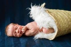 Ett nyfött behandla som ett barn pojken som sover i korgen arkivbilder