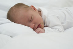 Ett nyfött behandla som ett barn att sova Arkivbild